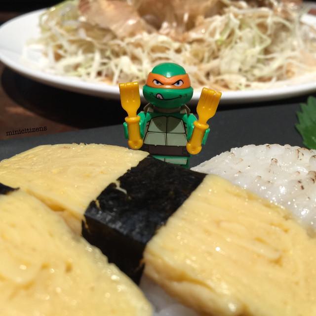 Because an army marches on its stomach 😋 #lunchdate #michelangelo #tmnt #tmnttoys #tmntmichelangelo #sushi #sushitime #nagiya #japanesefood #lego #legotmnt #legoteenagemutantninjaturtles #teenagemutantninjaturtles #legopolybag #legophotography #legominifigure #legominifigures #afol #brickcentral #bricknetwork #legostagram #toypops #toyphotography #toyslagram #justanothertoygroup #toyslagram_lego #lego_hub #minifigures #minicitizens